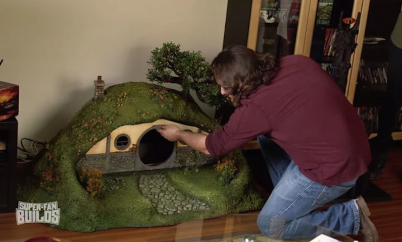 lord-of-the-rings-cat-liter-box-sauron-scrathing-post-superfan-builds-12 (1)