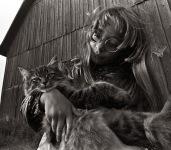 В мире цифровой фотографии всё реже встречаются интересные чёрно-белые снимки. И вот сегодня - удача. На страничке Тони Кастелвечи (Tony Castelvecchi) нашлась великолепная фотография под названием «Деревенская кошка». Тони профессионально снимает с 1969 года, и в его работах очень много детских портретов. Этот снимок сделан в августе этого года в Мичигане, смотришь на него и радуешься — такие они чудесные — и девочка, и кошка.