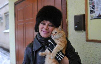 Помогают кошкам и в Москве. Балетмейстер Анатолий Кулагин и его жена балерина Наталья Трубникова построили настроилидмик для кошек во дворе своего дома в Воротниковсом переулке.