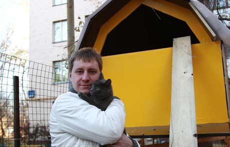 Пётр выстроил домик для кошек в Москве.